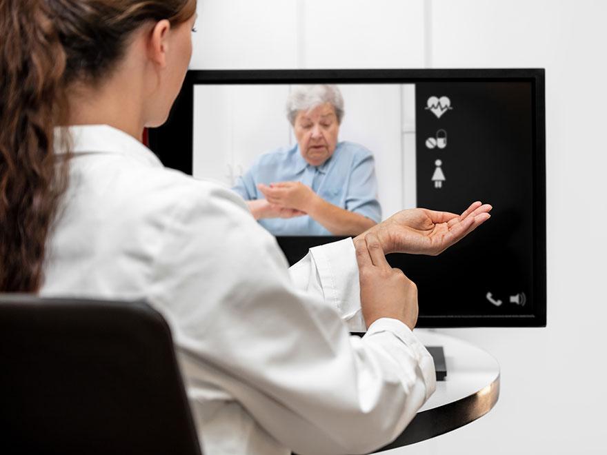 Ärztin am Bildschirm mit Patientin