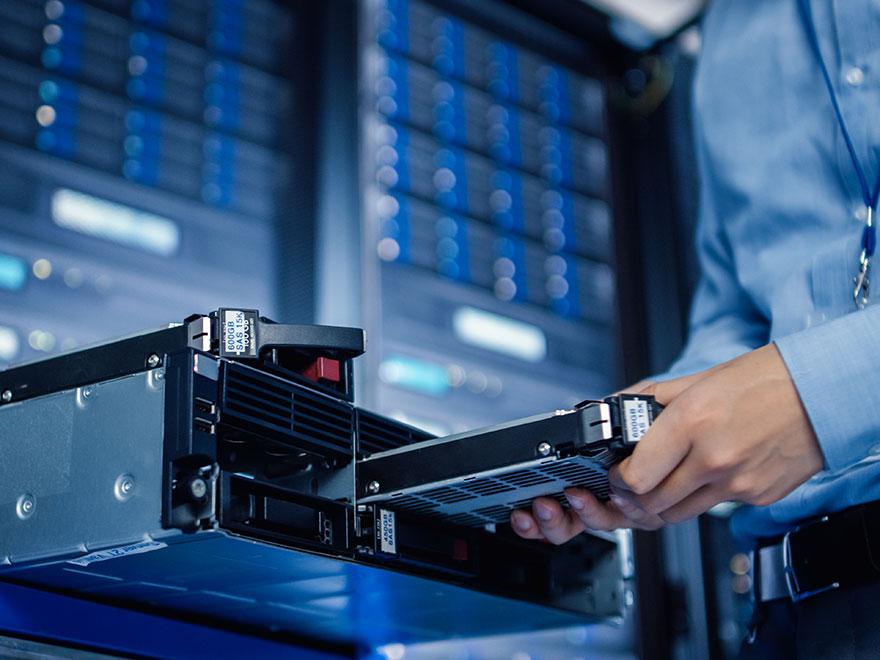 Techniker wechselt Festplatten an einem Server