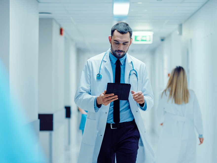 Arzt berät Patient über das Patientenportal